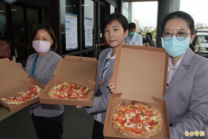 陽大醫院的醫護人員吃到pizza笑開懷。(記者林敬倫攝)