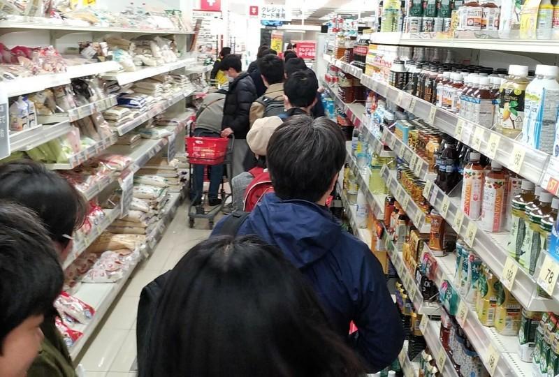 東京墨田區的一家超市今晚出現搶購物資的結帳人龍。(讀者提供)