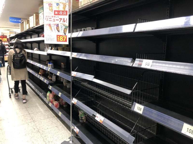 東京調布市的連鎖超市,今晚泡麵貨架幾乎空無一物。(讀者提供)