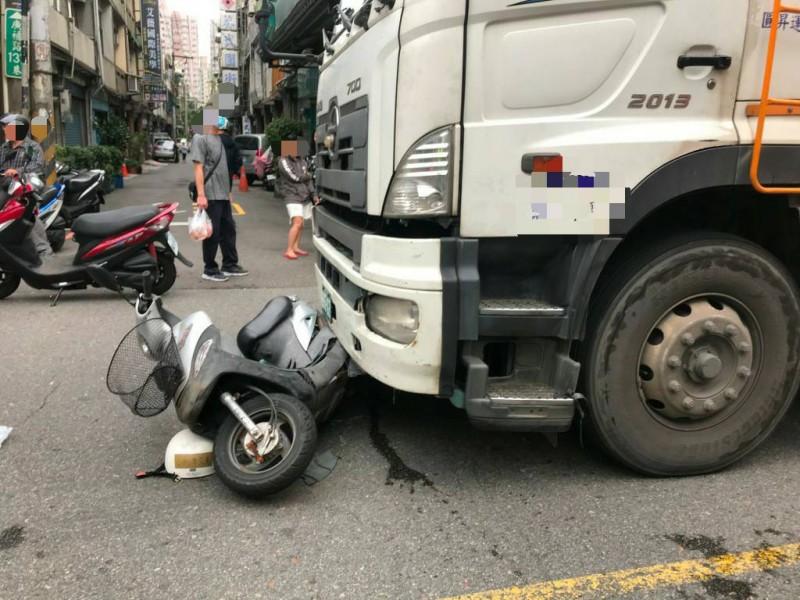 車禍現場令人怵目驚心。(記者陳恩惠翻攝)
