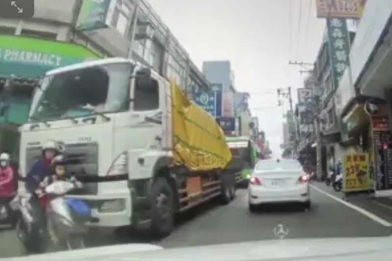 車禍發生前一秒。(記者陳恩惠翻攝)