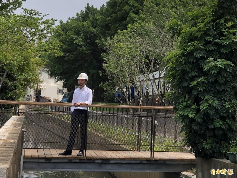 市長林智堅回憶在汀甫圳抓魚蝦是他童年成長回憶,但後來水圳環境日趨雜亂,市府克服數十年來難題,終於變身為友善步行綠廊。(記者蔡彰盛攝)