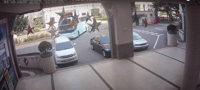 軍方防疫車直接開入校園。(記者林敬倫翻攝)