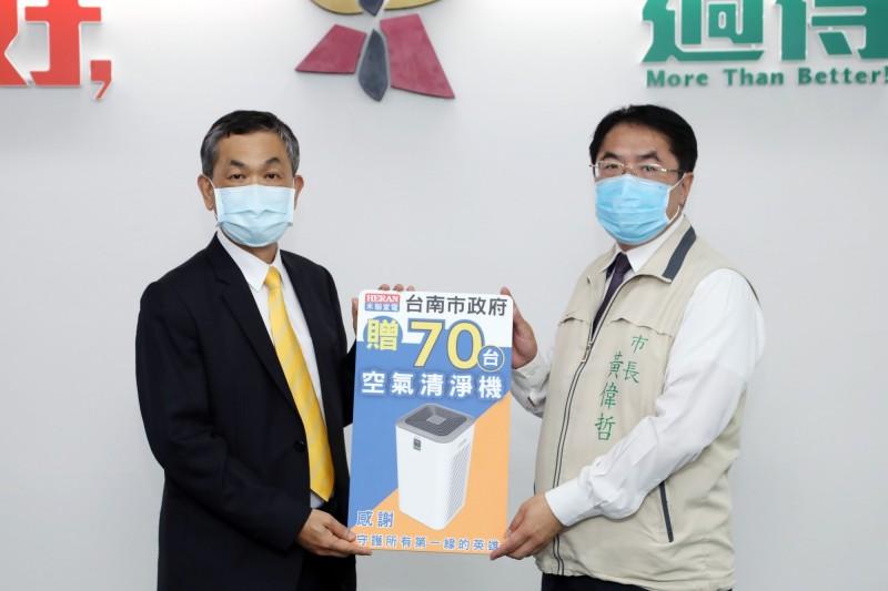 禾聯企業總經理林欽宏(左)代表送70部空氣清淨機給台南市府。(記者王俊忠翻攝)