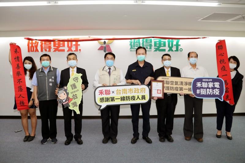 禾聯企業代表送70部空氣清淨機給台南市府作為抗疫用。(記者王俊忠翻攝)