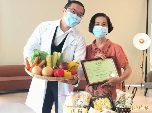 馮婦(右)感謝秀傳醫師黃漢斌(記者湯世名攝)高明的醫術,為她解決了5個月的腹瀉問題。(記者湯世名攝)