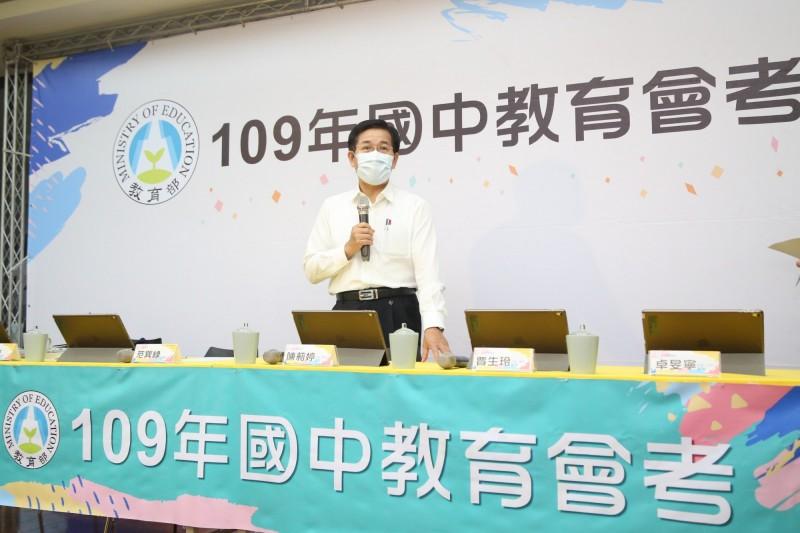教育部長潘文忠到國中教育會考應變中心,為所有的工作人員打氣。(教育部提供)