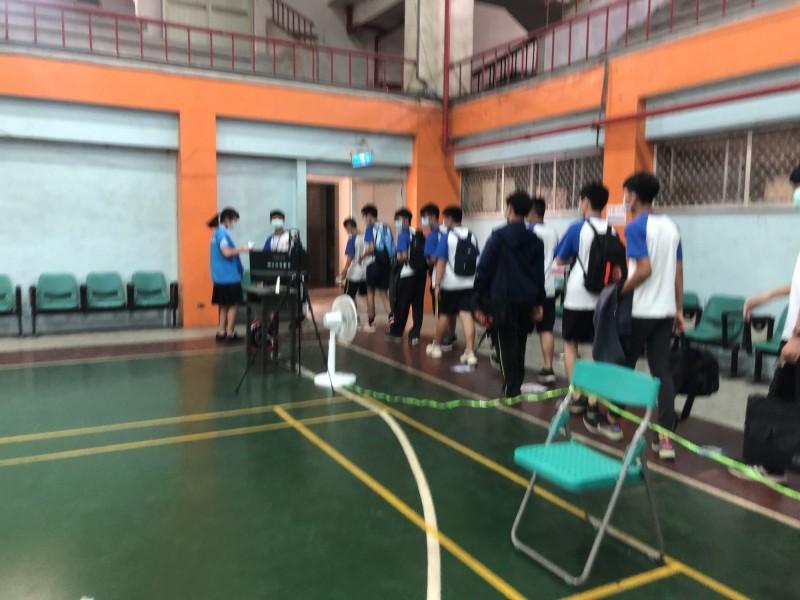 國中會考今天上場,雲林縣每個考生都得經過熱感應儀檢測。(記者詹士弘翻攝)
