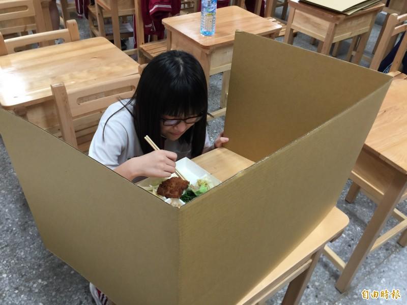 會考用餐加紙板防止飛沫傳染。(記者蘇孟娟攝)
