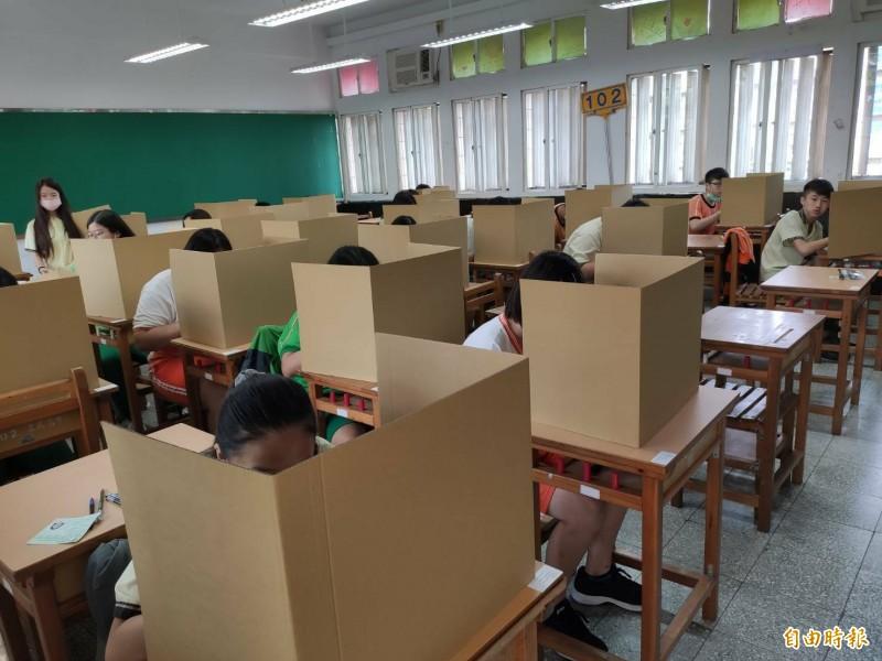 新北國中會考午餐時間,每個考生前都有隔板。(記者何玉華攝)