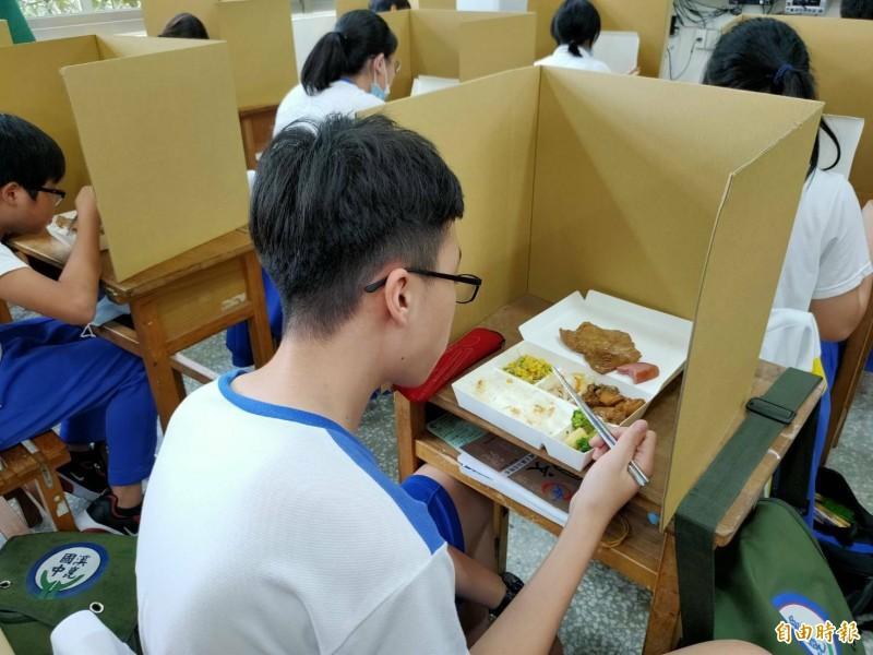 新北國中會考午餐時間,每個考生前都有隔板,學生在隔板後用餐,避免飛沫傳染。(記者何玉華攝)
