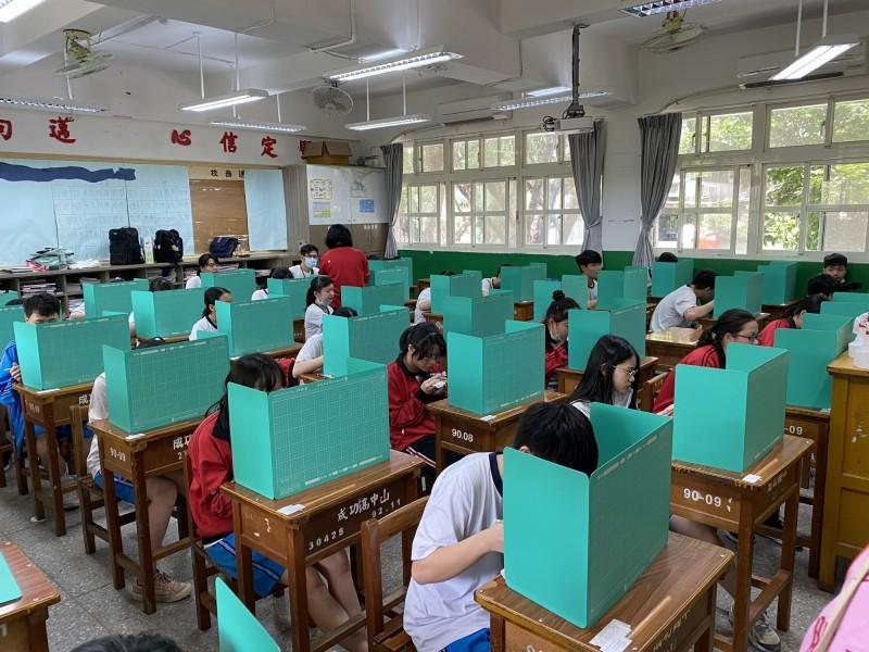 北市教育局提供每位考生「多功能防疫用餐隔板」,落實防疫。(台北市教育局提供)