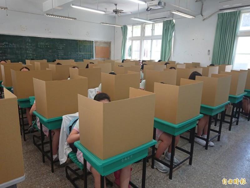 台灣防疫「歷史見證」,大會考照樣舉行,考生用餐使用紙隔板防疫。(記者洪瑞琴攝)