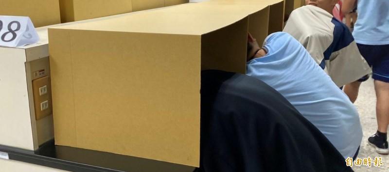 紙隔板讓考生安心午盹。(記者洪瑞琴攝)