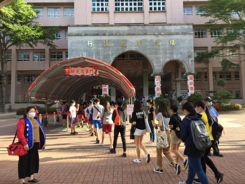 109年國中會考第二天,高雄第二大考場鳳新高中搭設狀元及第門,作為考生進場動線。(記者陳文嬋翻攝)