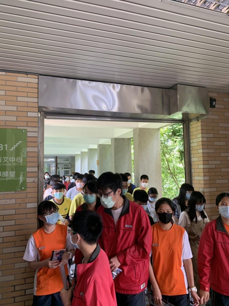 國中會考在中午前結束,考生們如釋重負地步出試場。(暨大附中提供)