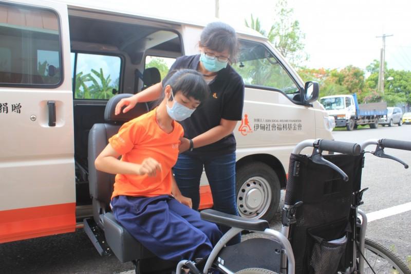 身障服務行動車特地裝置福祉椅,方便重度身障者上下車。(記者蘇福男翻攝)