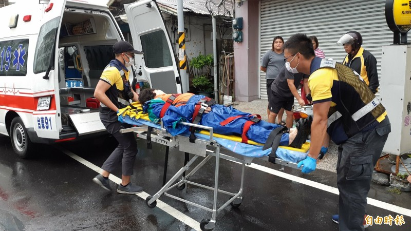 車禍老婦由救護車送醫。(記者黃明堂攝)