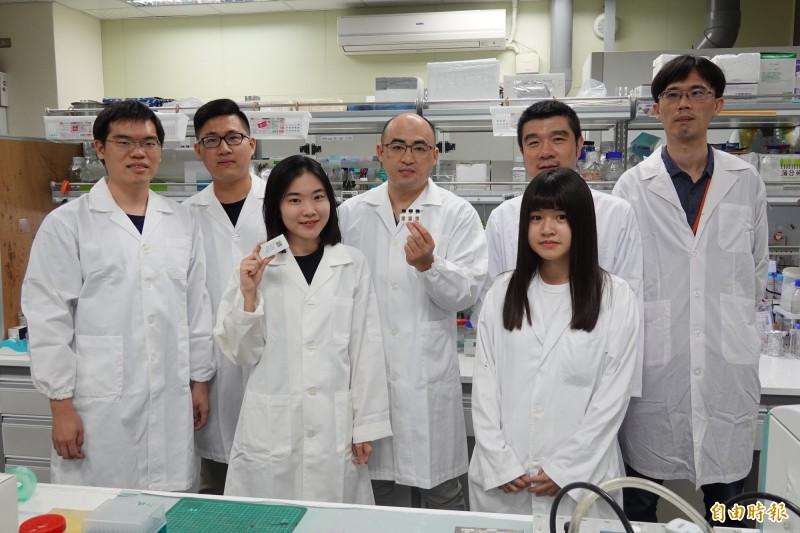 楊閎蔚(左4)團隊研發出武漢肺炎快篩易測瓶(EasyVial)。(記者黃旭磊攝)