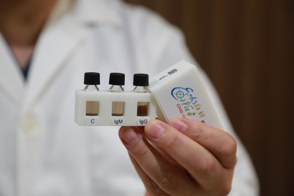 團隊指出,「超靈敏易測瓶」在15分鐘內篩出武漢肺炎「早期無明顯症狀感染者」。(團隊提供)