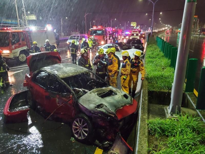 消防人員趕往灌救迅速撲滅火勢,但整輛車已燒成廢鐵。(中市消防局提供)
