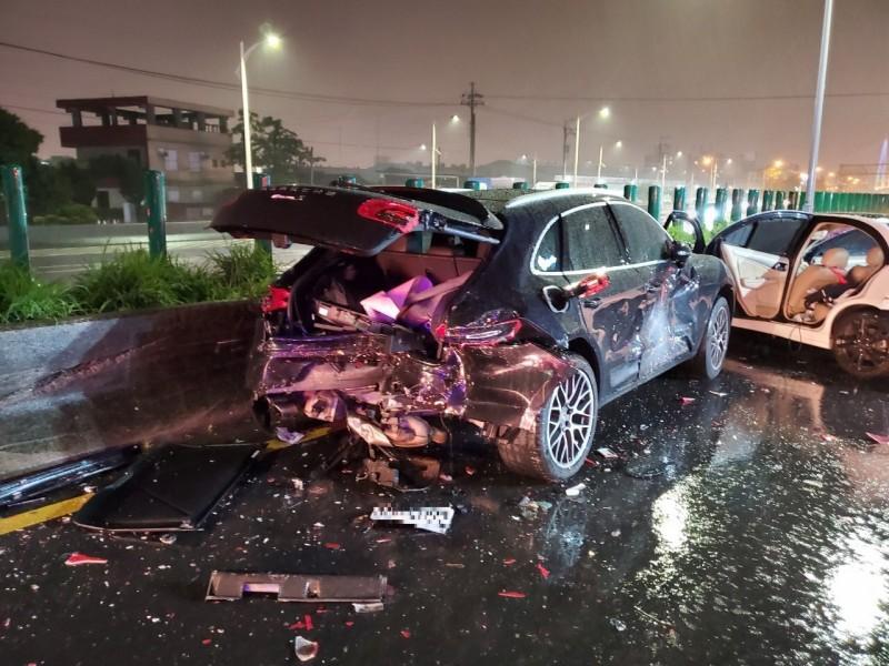 黑色休旅車及白色自小客的車尾及車頭均嚴重受損。(中市消防局提供)