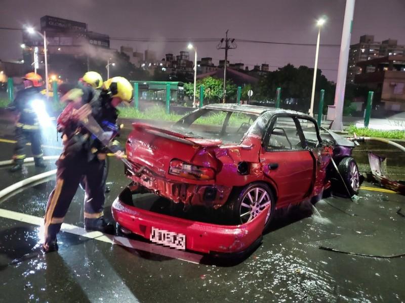 許姓男駕駛不幸燒死車內。(中市消防局提供)