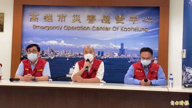 高雄市新聞局長鄭照新 (右)陪同韓國瑜參加0527豪雨應變會議。(記者黃旭磊攝)