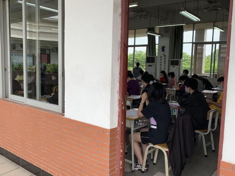 因武漢肺炎(新型冠狀病毒病,COVID-19)疫情影響,國中教育會考今年首度舉辦第二次考試,考生配合防疫,全程戴口罩應試。(教育部提供)