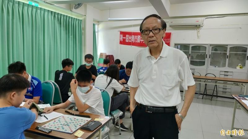 胡文華從香港移民台灣,將他在香港所學的英文拼字遊戲引入台灣,並舉辦「英文拼字比賽」。(記者蔡文居攝)