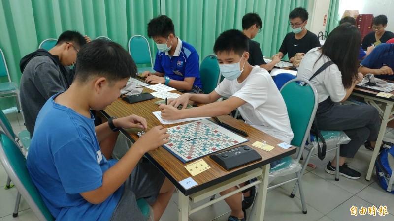 學生透過拼字盤玩英文拼字遊戲,相互競爭又可學英文熟記單字。(記者蔡文居攝)
