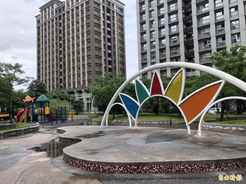 民眾表示,芳洲公園遍地石階、花台,影響孩童遊憩安全。(記者周湘芸攝)