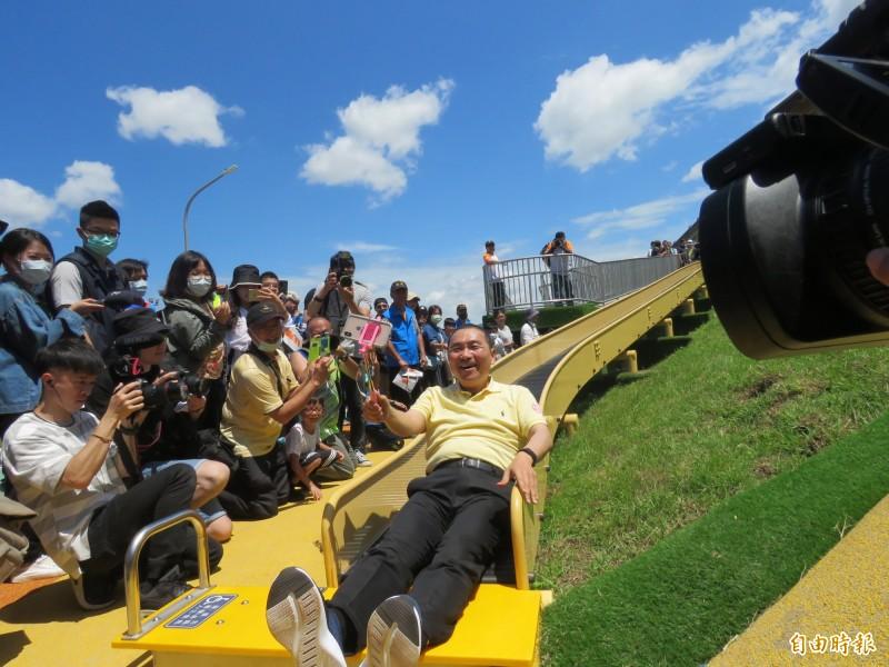 新北市長侯友宜試玩雲豹滾輪滑梯並直播,直呼過癮。(記者陳心瑜攝)
