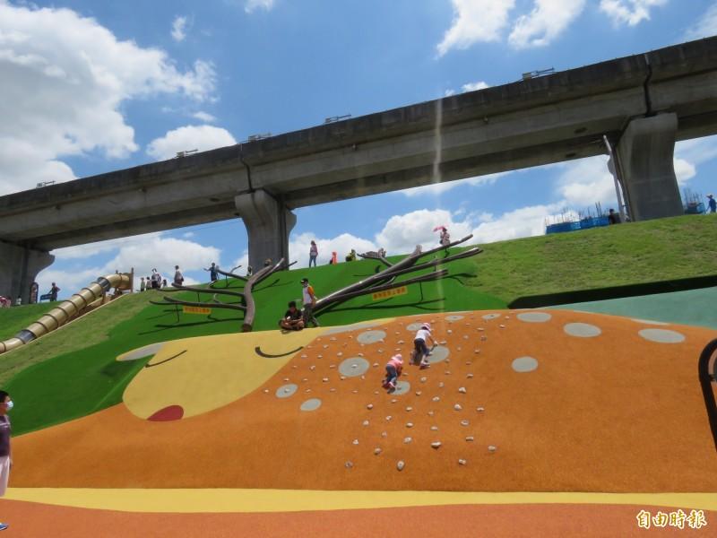 新北大都會公園以二重疏洪道堤坡打造溜滑梯、攀爬場。(記者陳心瑜攝)