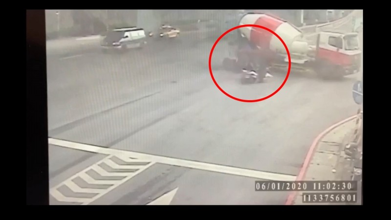 監視器拍下情侶2人與水泥車撞成一團的瞬間。(記者徐聖倫翻攝)