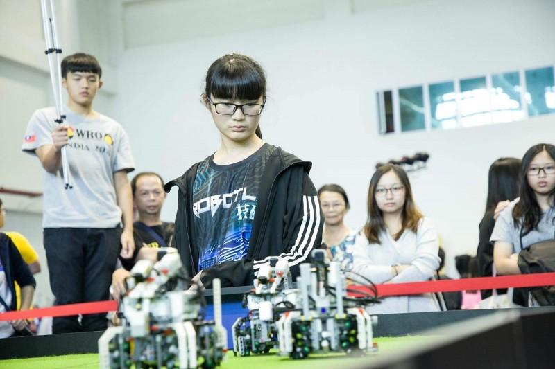 陳妍儒積極參加機器人社團活動,她拿下5科A++,並以「待用咖啡」進行作文發揮,拿下滿級分。(明正國中提供)