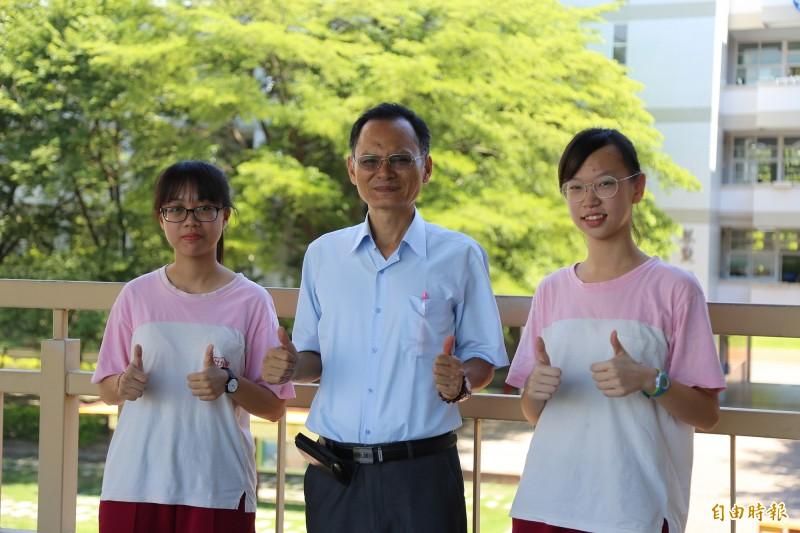明正國中校長陳寶郎(中),黃辰誼(左)、陳昱潔(右)。(記者邱芷柔攝)