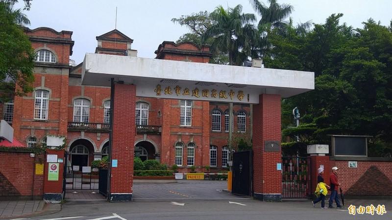 109年國中會考成績公布,預估台北市建國中學、第一女子中學錄取門檻至少33.8分。(記者蔡亞樺攝)