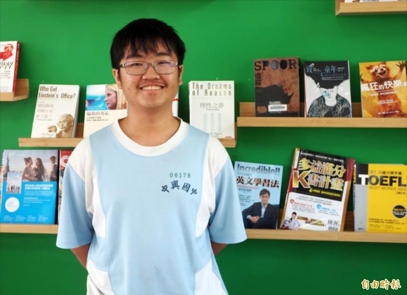 中興國中洪子翔是南投縣會考榜首,也是唯一5A++、作文6級分的學生。(記者陳鳳麗攝)