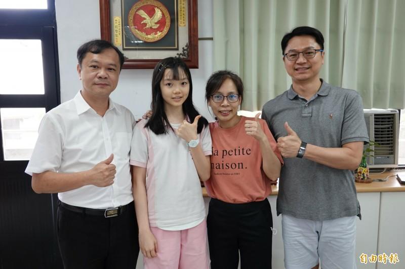 國華國中學生張詠欣(左2),在國中教育會考考滿分,讓校長林顯宗(左1)、導師林利真(右2)引以為榮。(記者江志雄攝)