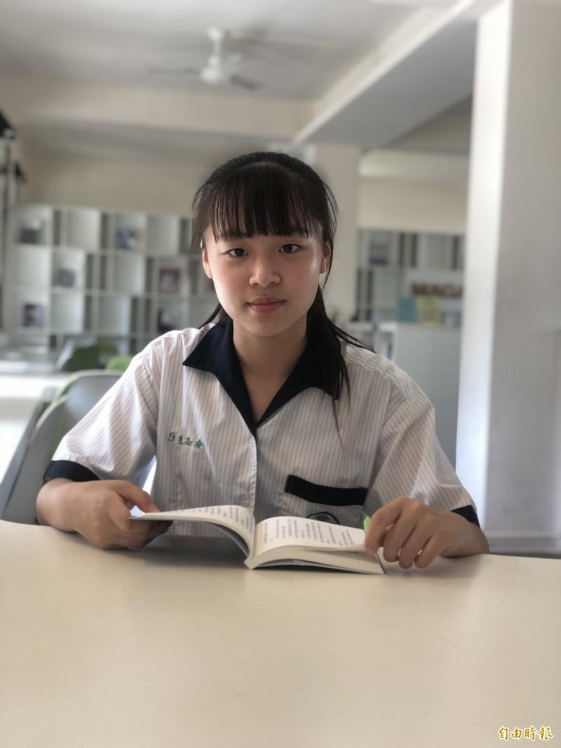 大提琴女孩陳品安,國中會考考出滿分的好成績。(記者劉曉欣翻攝)