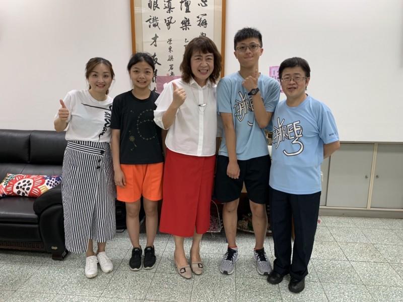 丹鳳高中國中部的廖錕智(右2)及張筑絢(左2)作文內容吸睛。(新北市政府教育局提供)