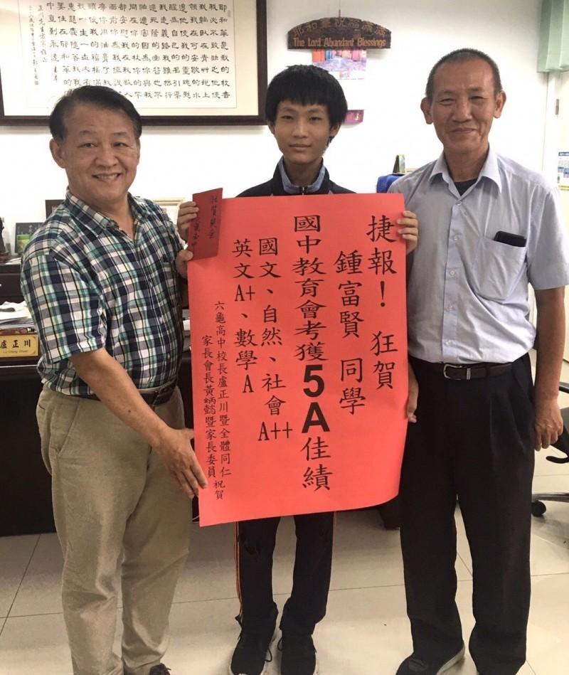 六龜高中國中部鍾富賢(中)會考獲得5A成績。(記者黃旭磊翻攝)