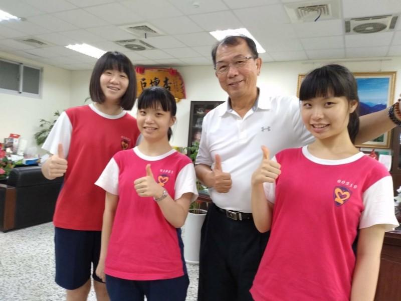 五福國中陳若雅(左1)拿到滿點滿級分,雙胞胎吳惟勻(左2)、吳惟媗(右1)同上雄女。(記者黃旭磊翻攝)