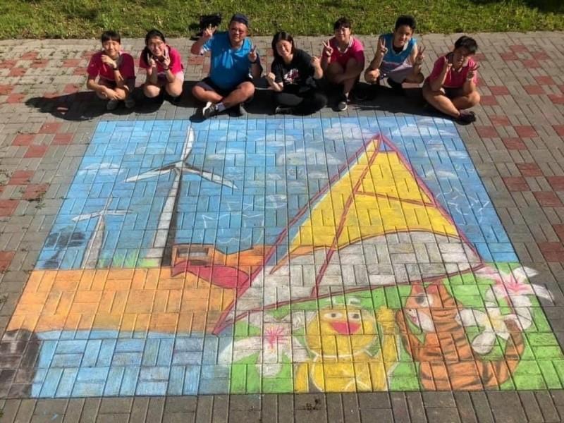 學生利用上課用短的粉筆,在校園地磚彩繪出一幅幅繽紛創作。(圖由竹南國中提供)