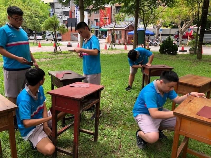 木作修繕,讓孩子們活用課堂所學的技巧,修繕老舊課桌椅,造福學弟妹。(圖由竹南國中提供)