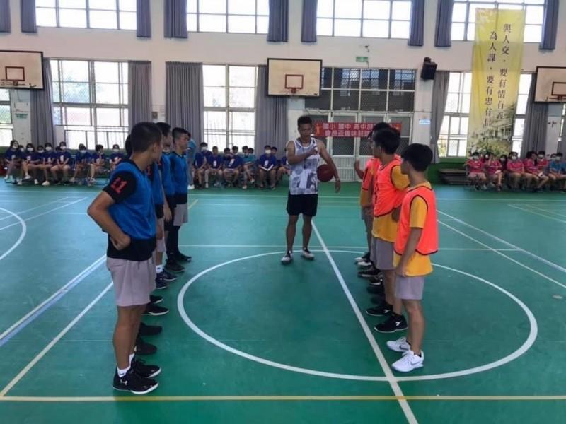 班際籃球賽,讓孩子們凝聚班級情誼,珍惜相處時光及替同學加油吶喊的青春活力。(圖由竹南國中提供)