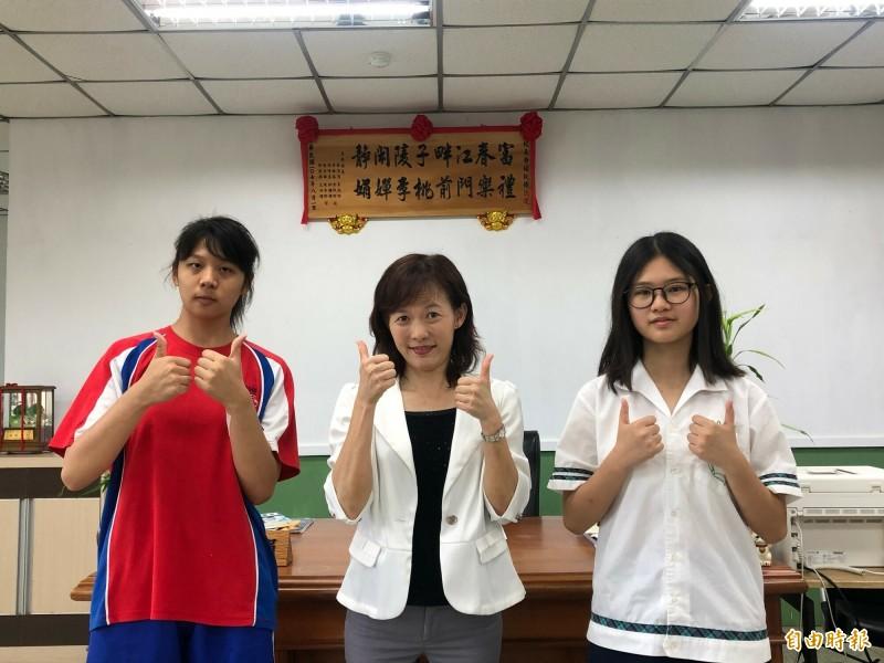 新竹市郊區迷你小校富禮國中今年國中會考首見兩名5A學生,分別是張芷儀(左)和范庭榛(右),校長涂靜娟(中)肯定學生的表現,也強調與學校推動閱讀和雙語教育有關。(記者洪美秀攝)