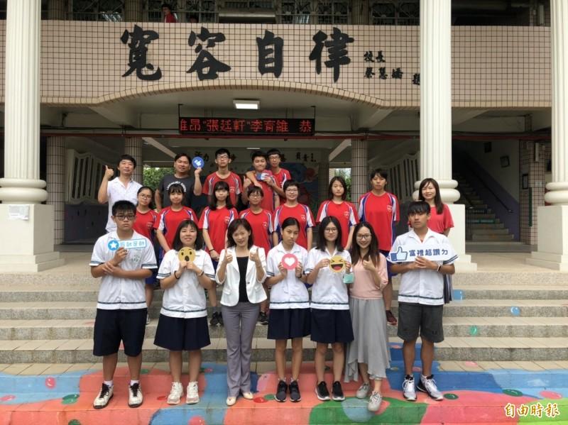 新竹市郊區迷你小校富禮國中過去是推動射箭國手的搖籃,但這幾年學校推動閱讀和雙語教育,今年國中會考首見2名5A學生,學生整體表現也都大大提升。(記者洪美秀攝)