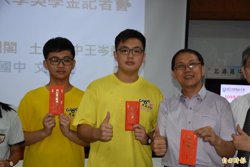 文觀止(左起)、文淵閣與父親文須琢都是非常喜歡閱讀。(記者林國賢攝)